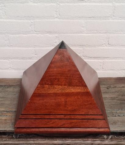 Amerikaanse humidor in piramide model. Hoogte 31 cm
