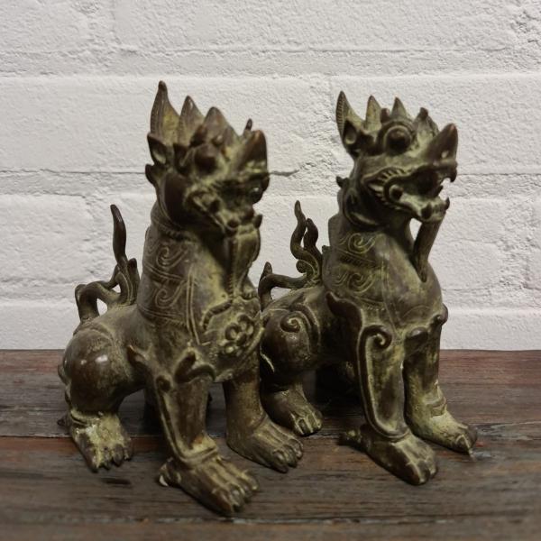 stel gepatineerd bronzen tempelleeuwen. Hoogte 11 cm