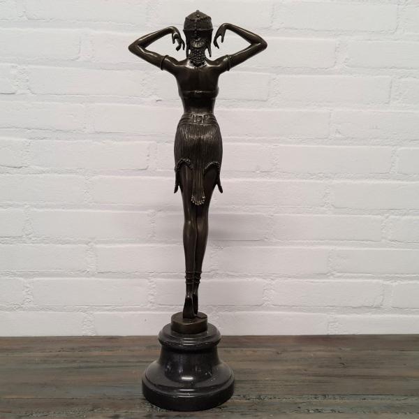 Gepatineerd bronzen sculpture in Art Deco stijl van vrouw. Hoogte 50 cm