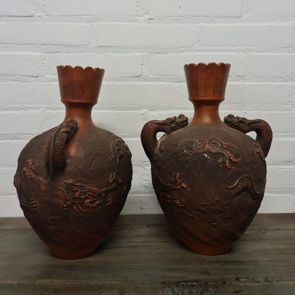 stel Japans aardewerk oorvazen met reliëf decor. Hoogte 32 cm