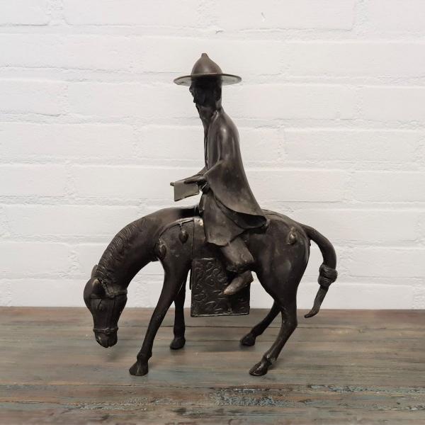 Gepatineerd brons Chinees op paard. Lengte 31 cm