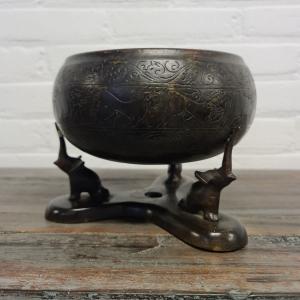Oosters bronzen kom gedragen door olifanten. Hoogte 16 cm