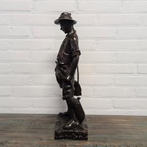 Bronzen sculpture van jonge jager met geschoten wild. Hoogte 50 cm