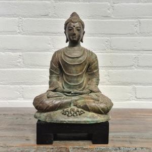 Gepatineerd bronzen boeddha. Hoogte 26 cm