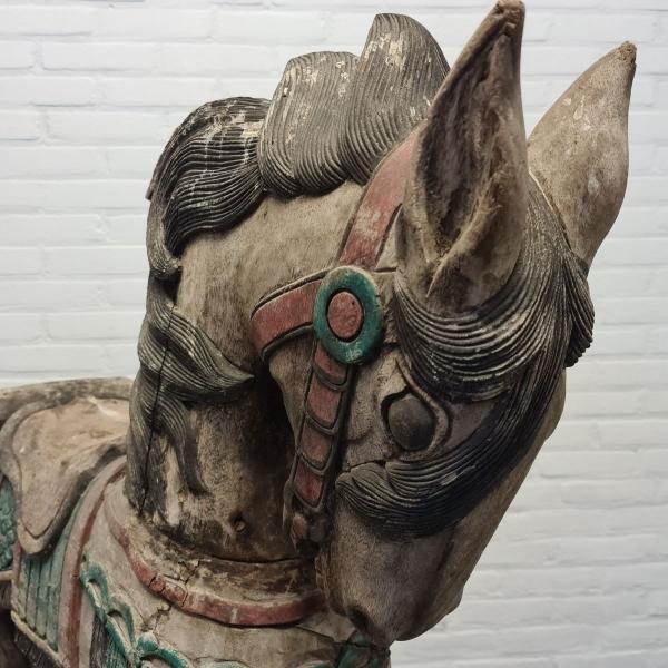 Polychroom handbeschilderd Indiaas paard. Hoogte 117