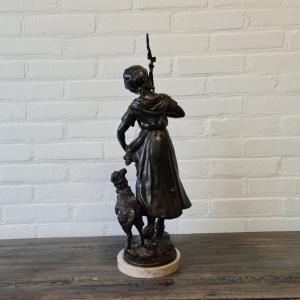 Gepatineerd zamac beeld van meisje met schaap. Hoogte 54 cm