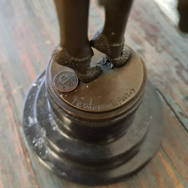 Gepatineerd bronzen Art Deco sculpture van vrouw. Hoogte 45 cm