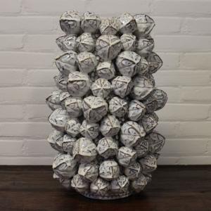 Geglazuurd aardewerk bloemenvaas met voorstelling van nootmuskaten. Hoogte 50 cm