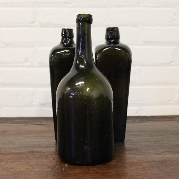 3 antiek groenglazen flessen waaronder 2x v. Hoytema, 19e eeuws