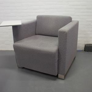 3x designer fauteuil bekleed met bouclé en waarvan 2 draaibaar compleet met plateau. Nieuwstaat