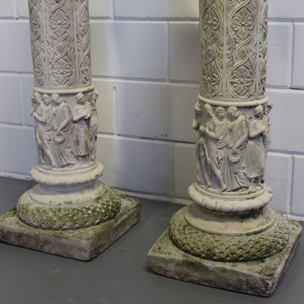 stel betonnen piedestals met Griekse figuren. Hoogte 76 cm