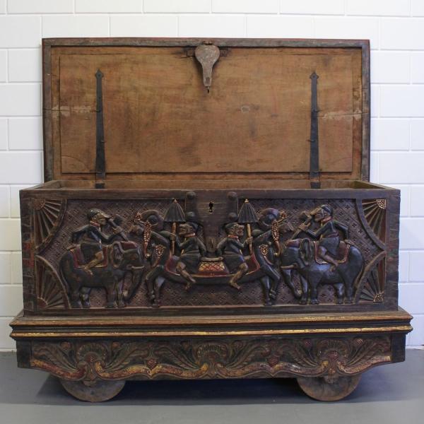 Rijk gestoken verrijdbare Indonesische kist. 142 x 84