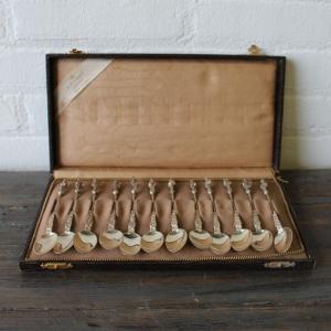 set van 12 Hollands zilveren Apostel theelepels in etui, ca. 1920