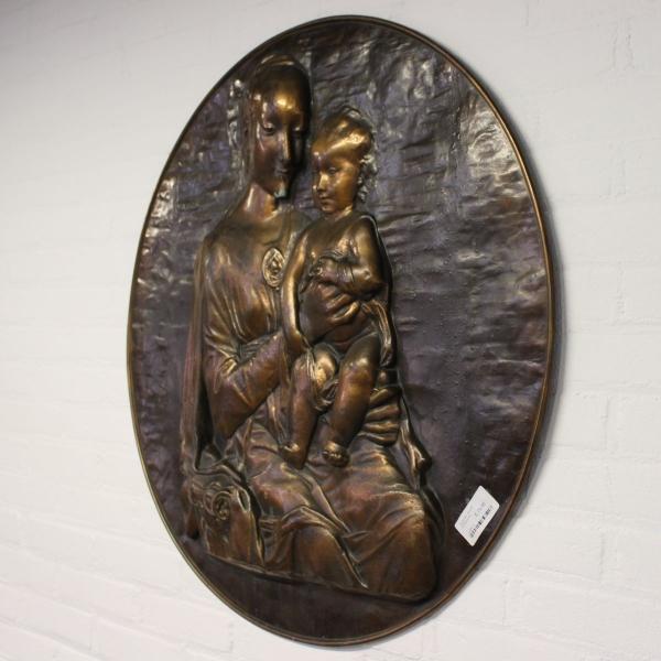 Gedreven rood koperen relief plaquette moeder met kind. Diam. 75