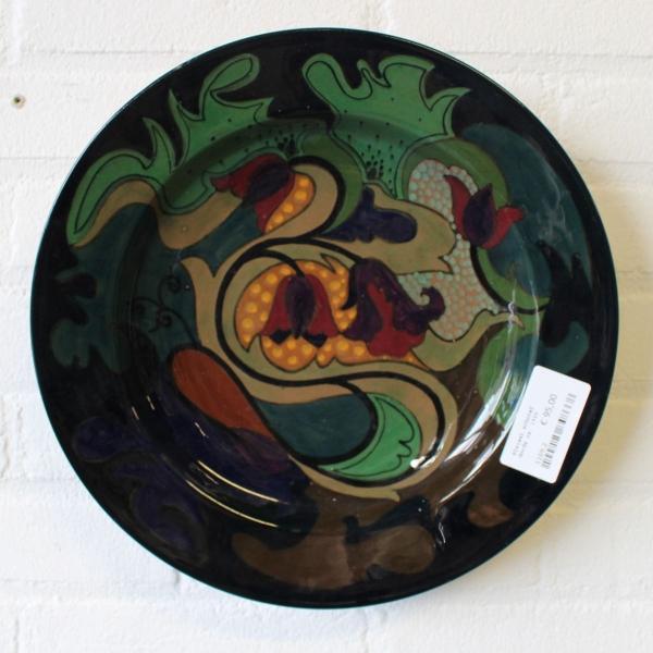 Gouds plateel handbeschilderd aardewerk schotel, ca. 1920. diam. 31