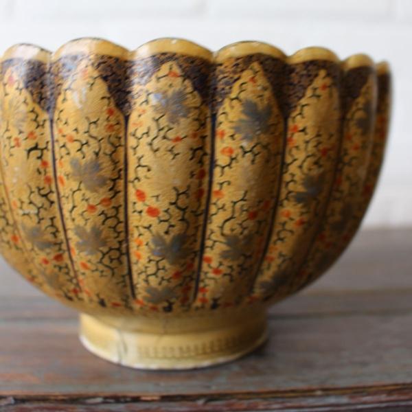 2x Oosters laque op koper basis kommen, ca. 1900. Diam 20 en 15 cm